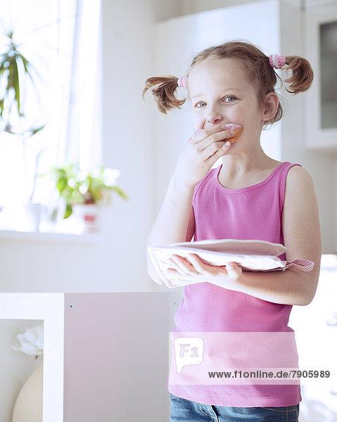 Küche  Kuchen  jung  essen  essend  isst  Mädchen