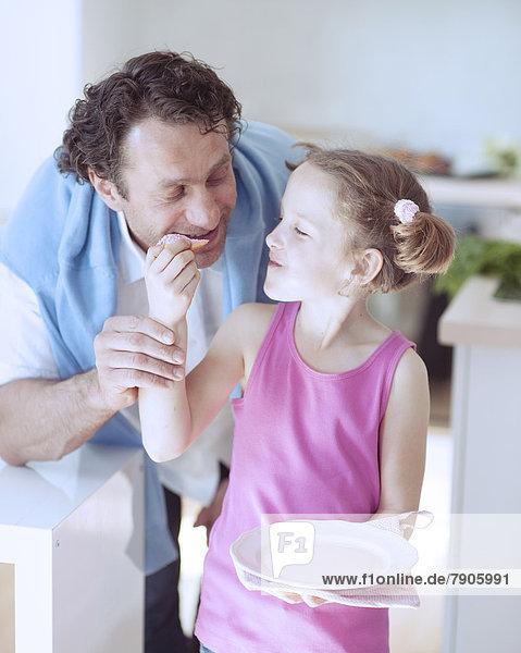 Menschlicher Vater  jung  Mädchen  füttern