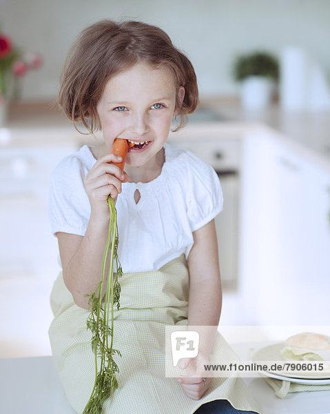 Möhre  jung  essen  essend  isst  Mädchen