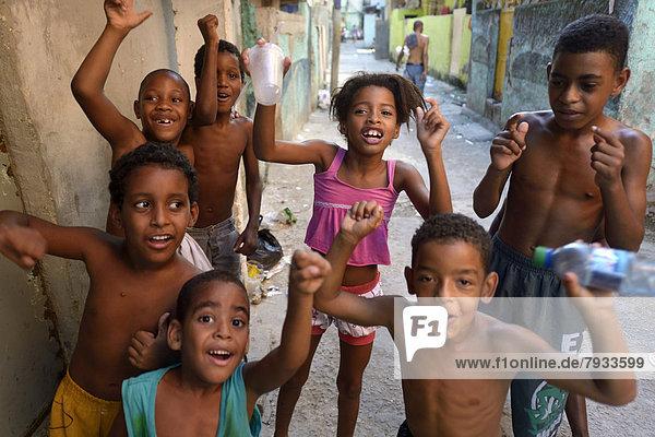 Kinder jubeln fröhlich  in einem Armenviertel  Favela ***KEINE VERÖFFENTLICHUNG IN BRASILIEN***