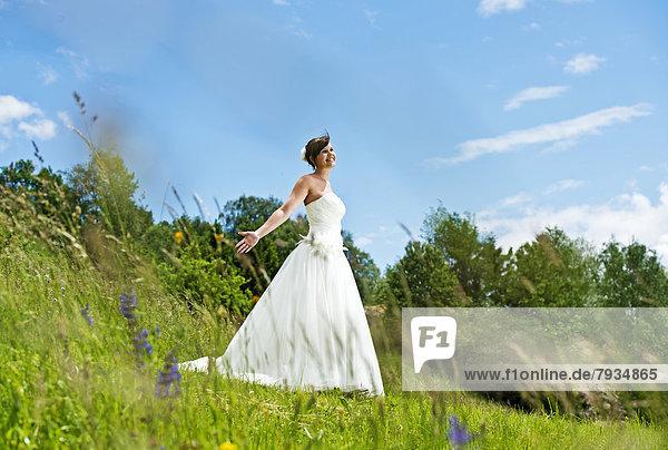 Braut auf einer Wiese in Tirol Braut auf einer Wiese in Tirol