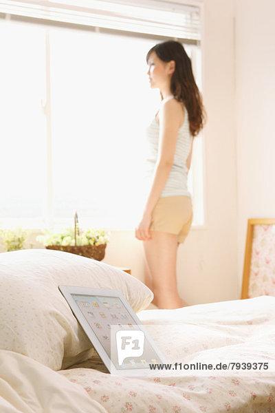 junge Frau junge Frauen Fenster Bett Hintergrund