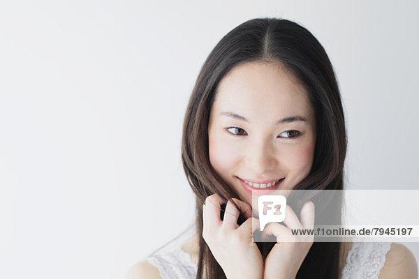 Junge Frau mit langem Haar lächelnd