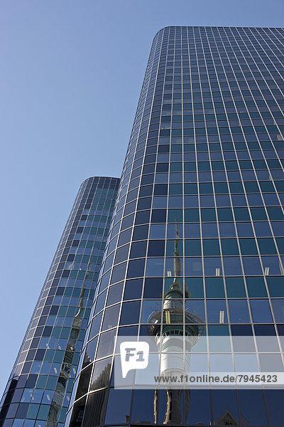 Spiegelung des Sky Towers im Philip Fox Building