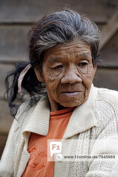 Alte Frau  55 Jahre  in einer Gemeinde der Guarani-Indianer