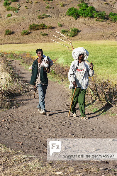 Menschen auf dem Weg zum Markt von Lalibela