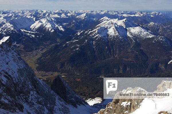 Aussicht von der Zugspitze  Wettersteingebirge  Alpen
