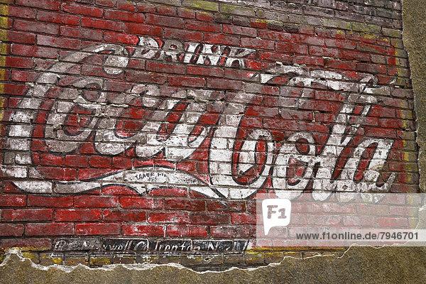 Alte Coca-Cola Werbung an einer Ziegelmauer Alte Coca-Cola Werbung an einer Ziegelmauer
