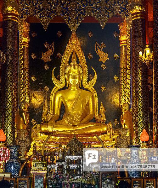Goldener Gautama Buddha in der Haltung der Unterwerfung Maras  Buddha Phra Phuttha Chinnarat im Tempel Wat Phra Sri Rattana Mahathat