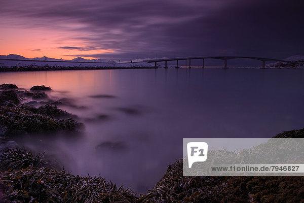 Brücke mit Fjord im Abendlicht