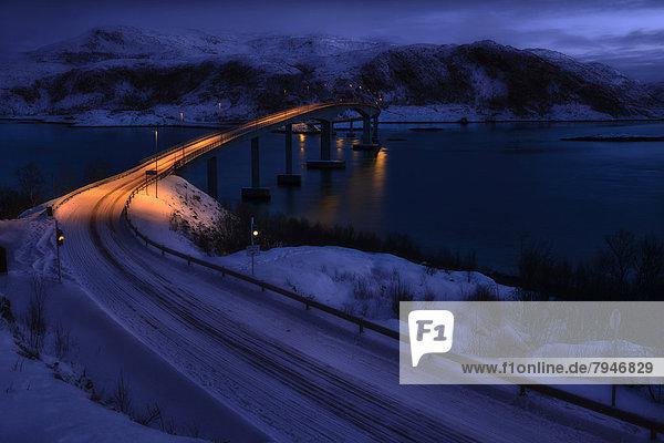 Brücke mit Fjord bei Mondlicht