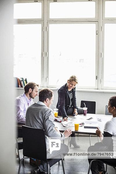 Unternehmerinnen und Unternehmer am Schreibtisch im Büro