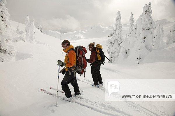 Skisport  unbewohnte  entlegene Gegend  2  Ski  Hang