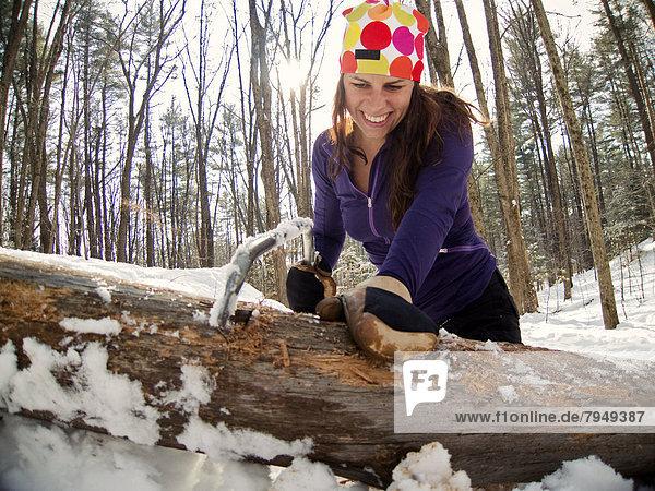 Feuerholz  Frau  lächeln  schneiden  jung  Handsäge  Schnee