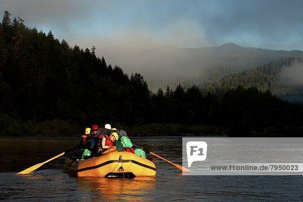 Junge - Person  Reise  Fluss  beobachten  Rafting