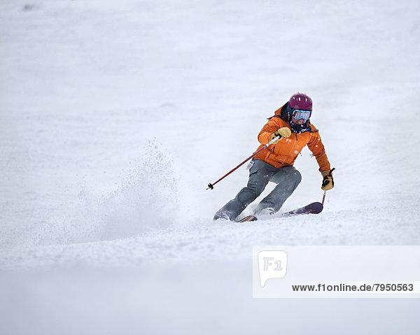 Geschwindigkeit  Skifahrer  lächeln  folgen  Skisport  gepflegt