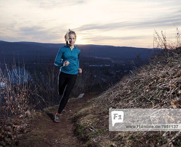 Frau  Sonnenuntergang  folgen  rennen  jung  vorwärts  Kopfbedeckung