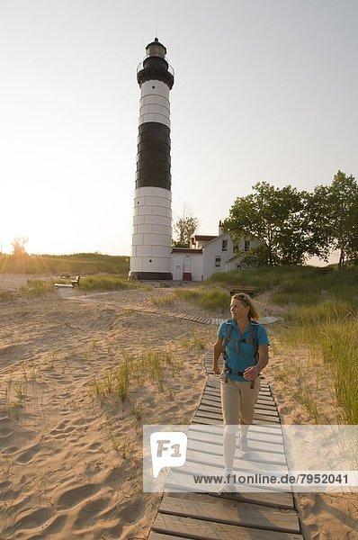Frau  Nostalgie  groß  großes  großer  große  großen  Leuchtturm  wandern  zeigen  Zobel  Martes zibellina  Michigan