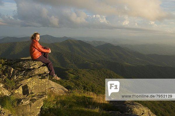 Felsbrocken  sitzend  Frau  sehen  Sonnenuntergang  Wiese  North Carolina