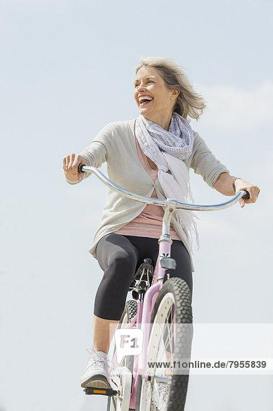 Senior  Senioren  Frau  fahren  Fahrrad  Rad