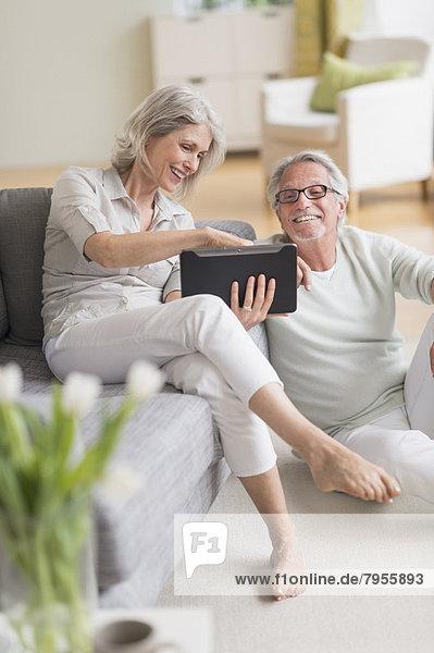 Interior  zu Hause  Senior  Senioren  benutzen  Tablet PC