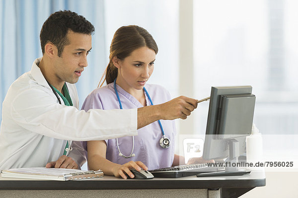 arbeiten  Krankenhaus  Pflegepersonal  Pfleger  Haltestelle  Haltepunkt  Station