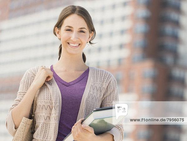 Portrait  Buch  lächeln  Student  Taschenbuch