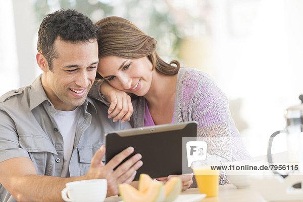 benutzen  Küche  jung  Tablet PC  Tisch