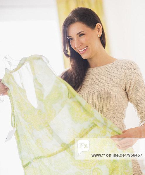 Frau hält Kleid