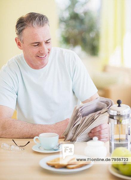 Portrait  Mann  Frühstück  Zeitung  vorlesen