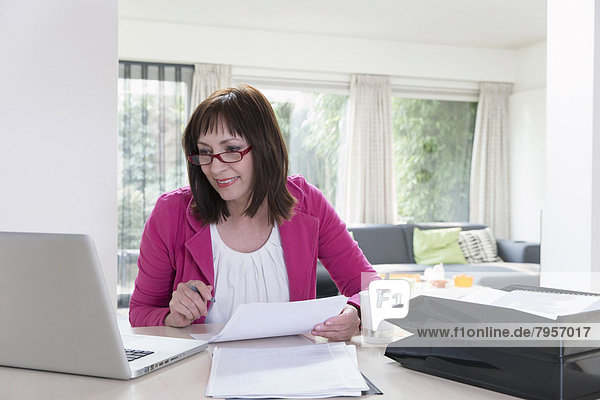 Geschäftsfrau  reifer Erwachsene  reife Erwachsene  Schreibarbeit