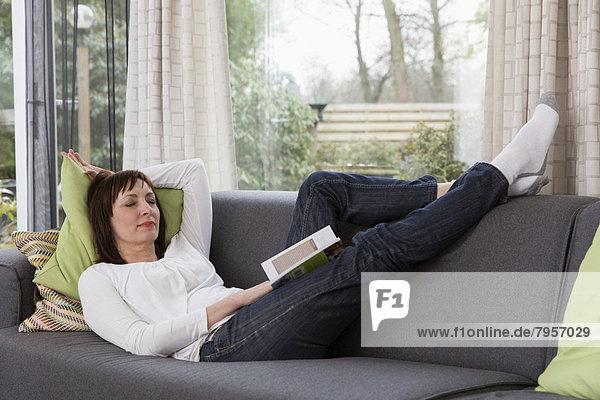 Frau  Entspannung  Couch  reifer Erwachsene  reife Erwachsene