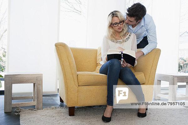 Frau  Mann  Buch  küssen  Taschenbuch  vorlesen