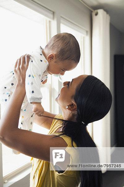 hoch  oben  Frau  Sohn  halten  Baby