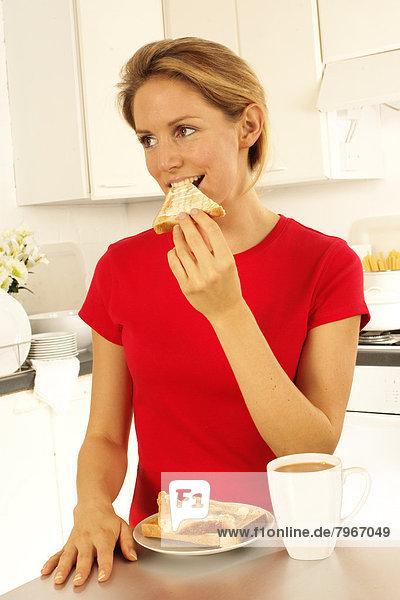 Toastbrot essen essend isst Mädchen