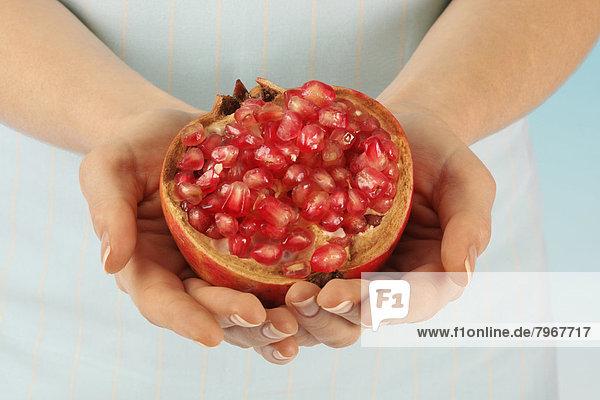 Frau  halten  Granatapfel