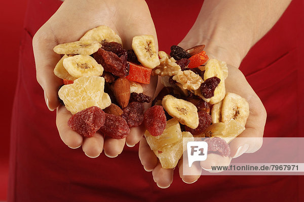 Frau  Frucht  halten  handvoll  Nuss  getrocknet