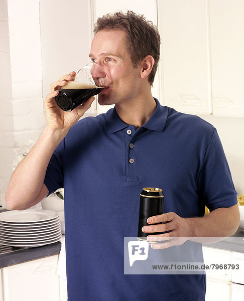 Mann  Küche  trocken  trinken  Pils  Guinness  Stout