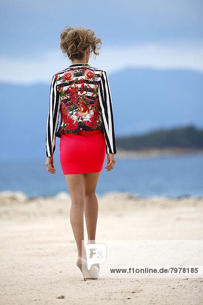 Griechenland  Junge Frau auf Sand auf See  Nahaufnahme