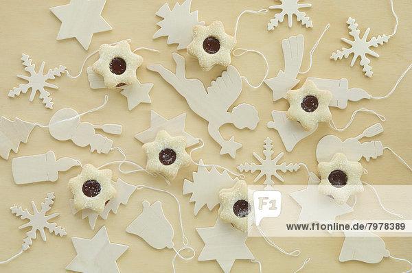 Weihnachtsgebäck mit Holzchrismaschmuck