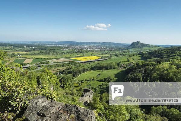 Deutschland  Blick auf die Hegauer Landschaft im Frühjahr und Schloss Hohenkraehen