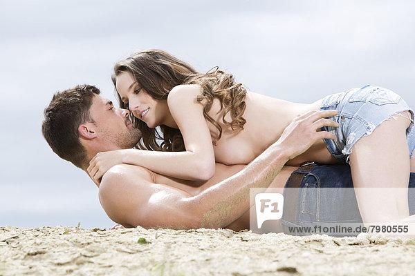 Deutschland  Bayern  Verliebtes junges Paar