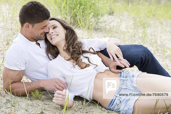 Deutschland  Bayern  Junges Paar verliebt  lächelnd