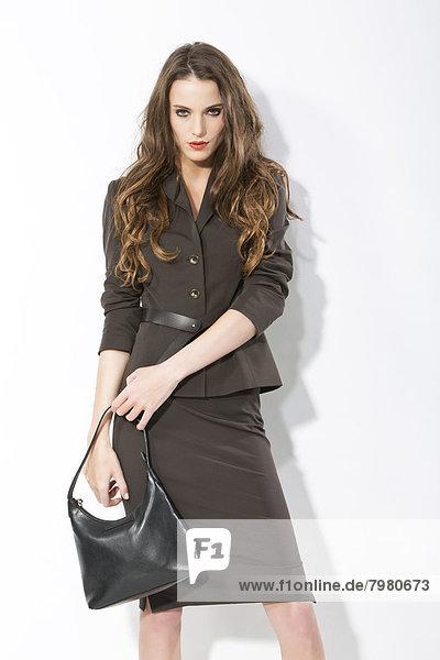Portrait einer jungen Geschäftsfrau mit Handtasche