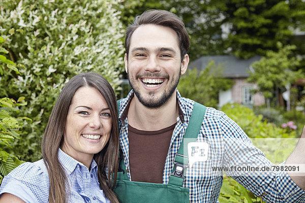 Deutschland  Köln  Portrait eines jungen Paares  lächelnd
