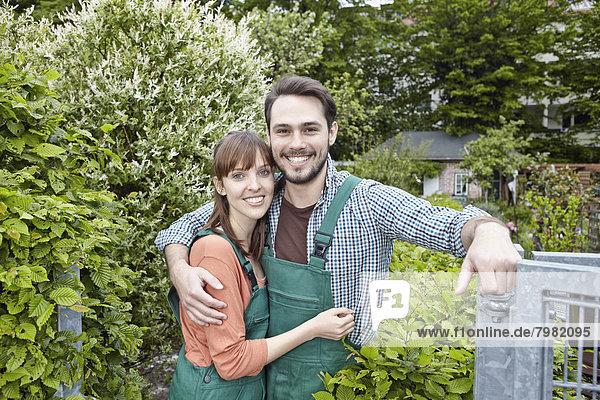 Deutschland  Köln  Portrait eines jungen Paares  das sich umarmt  lächelnd
