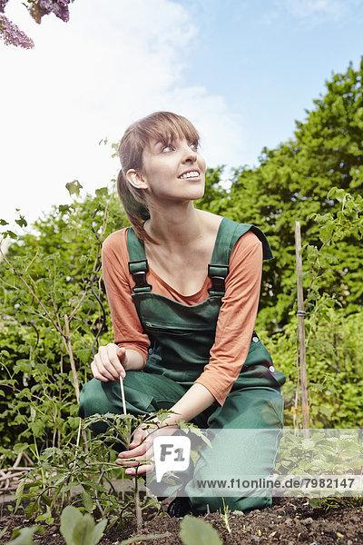 Junge Frau im Garten  lächelnd