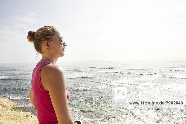 USA  Hawaii  Frau steht an der Küste