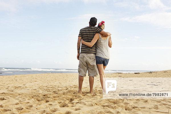 USA  Hawaii  Mittleres erwachsenes Paar am Strand stehend