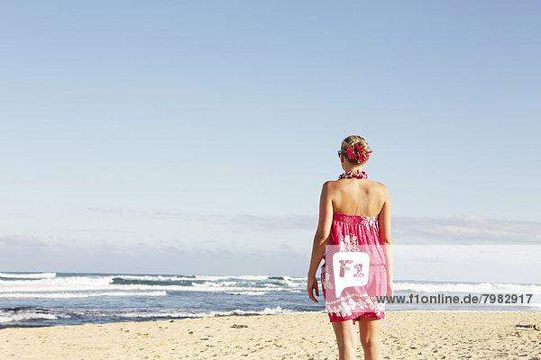 USA  Hawaii  Mittlere erwachsene Frau am Strand stehend